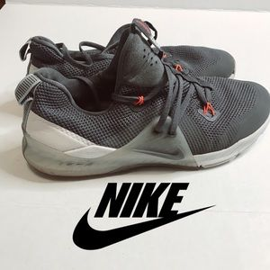 Nike men shoes sneakers size 8.5 grey color